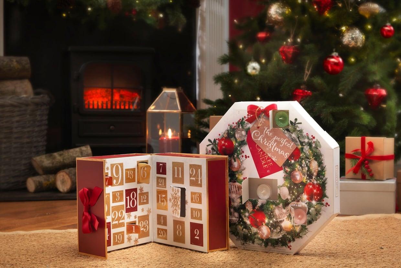 Présenté dans un joli coffret aux couleurs de Noël, ce calendrier de l'avent vous permettra de découvrir de nombreux parfums yankee candle chaque jour en attendant la nuit de Noël.