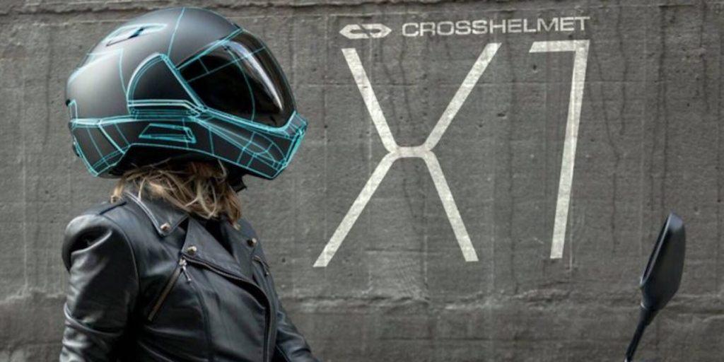 Casque de moto avec un œil dans votre dos